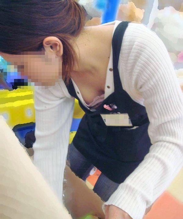 新人店員の浮きブラ胸チラの瞬間を写した盗撮エロ画像9枚目
