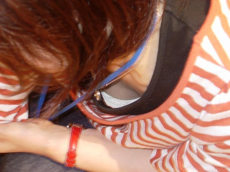 新人店員の浮きブラ胸チラの瞬間を写した盗撮エロ画像10枚目