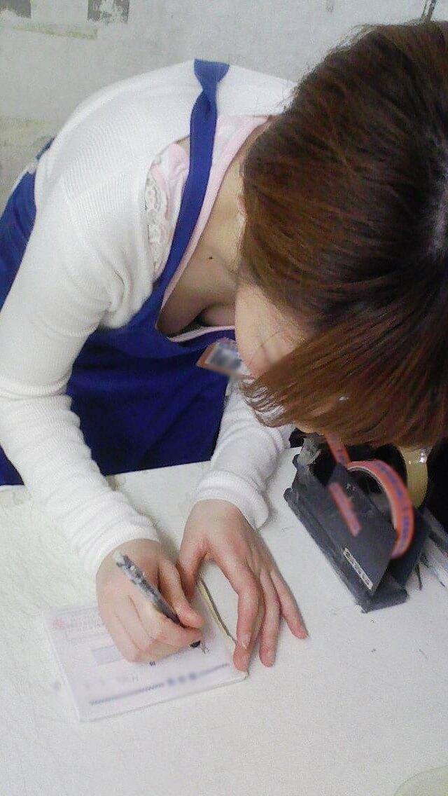 新人店員の浮きブラ胸チラの瞬間を写した盗撮エロ画像12枚目