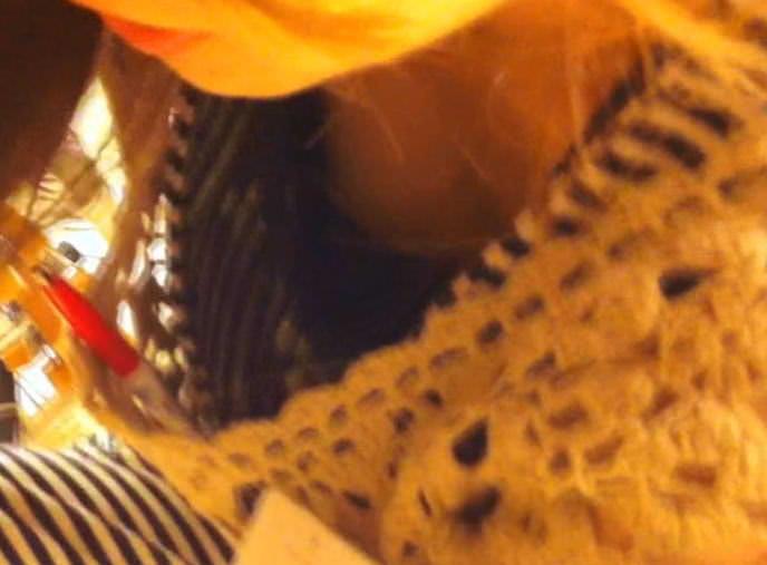 新人店員の浮きブラ胸チラの瞬間を写した盗撮エロ画像13枚目