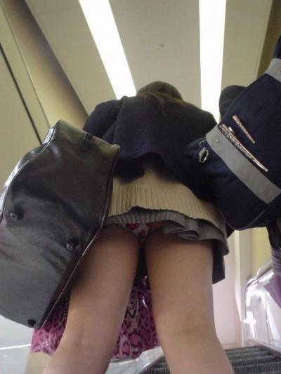 制服JKの逆さ下着盗撮し放題のエスカレーターエロ画像3枚目