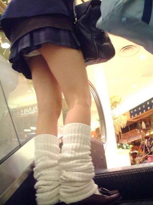 制服JKの逆さ下着盗撮し放題のエスカレーターエロ画像10枚目