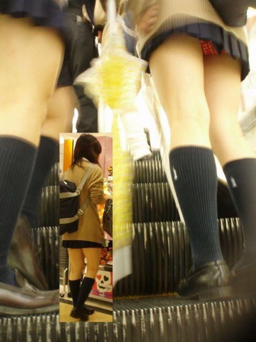 制服JKの逆さ下着盗撮し放題のエスカレーターエロ画像12枚目