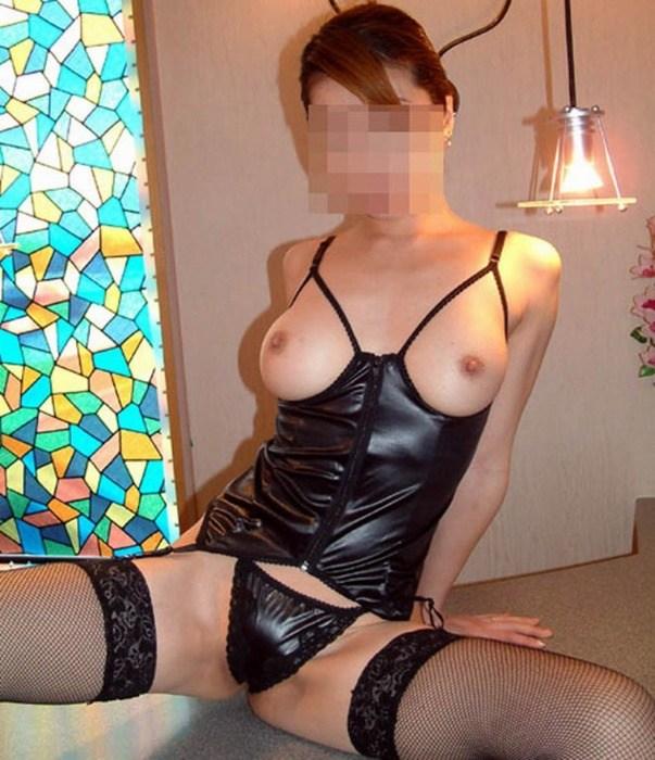 若妻が巨乳の極上スタイルで下着姿の誘惑不倫エロ画像2枚目