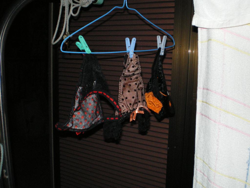 女子寮のベランダの干された女子大生の下着盗撮画像2枚目