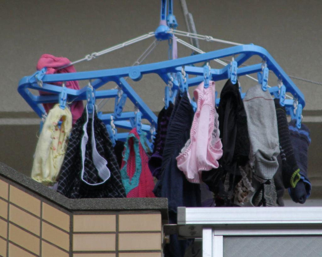 女子寮のベランダの干された女子大生の下着盗撮画像7枚目