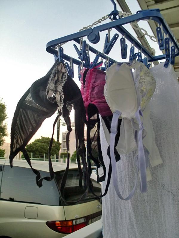 女子寮のベランダの干された女子大生の下着盗撮画像14枚目