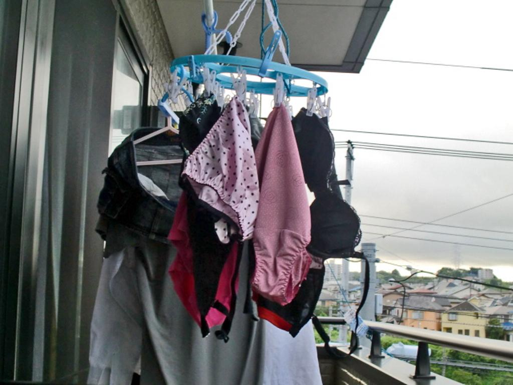 女子寮のベランダの干された女子大生の下着盗撮画像15枚目
