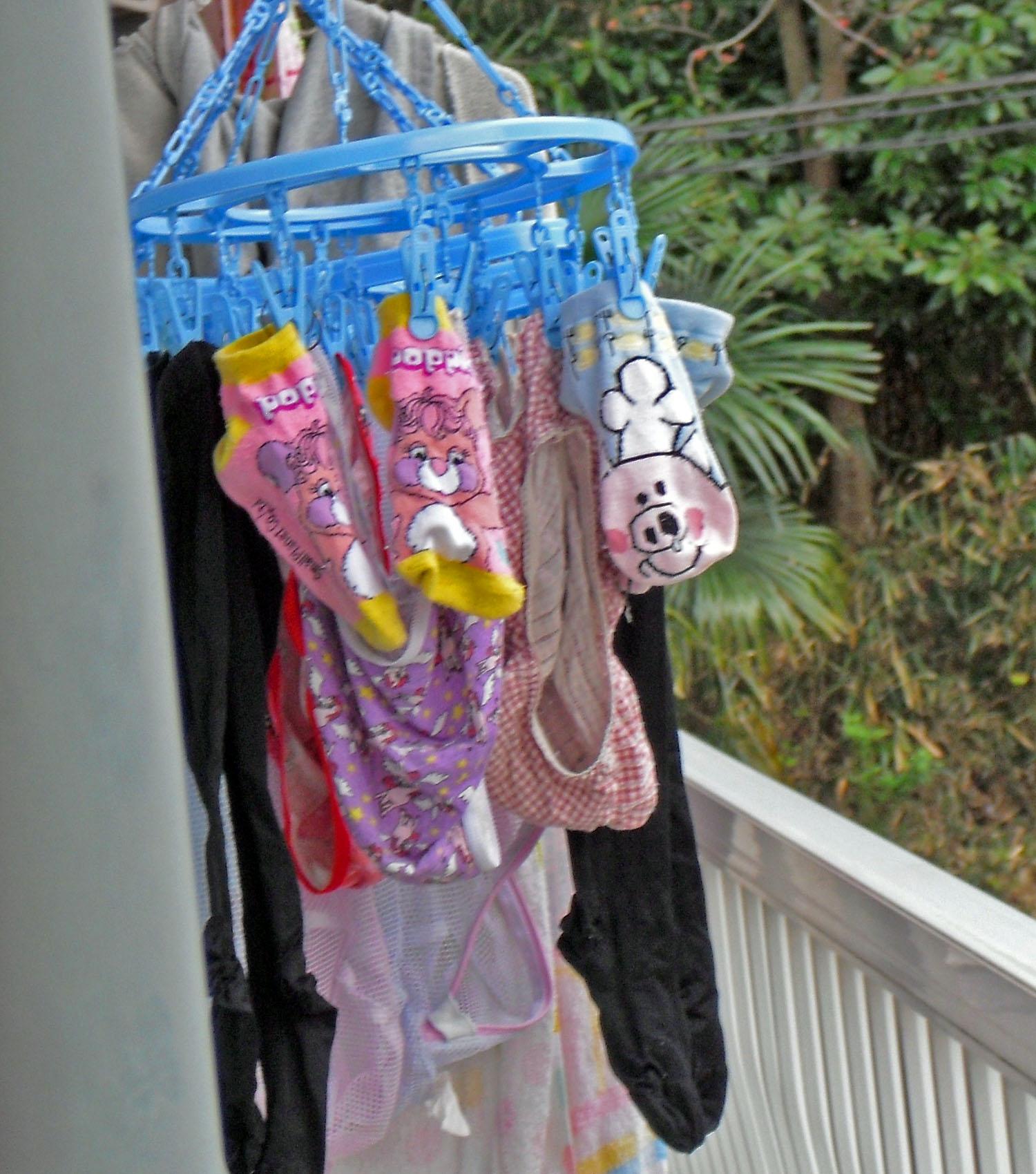 女子寮のベランダの干された女子大生の下着盗撮画像16枚目