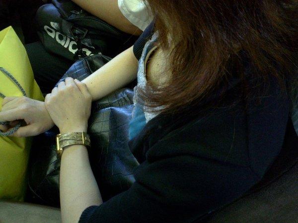 助手席のjk妹の胸チラと乳首を盗撮したエロ画像11枚目