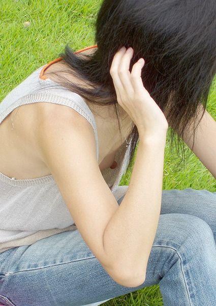 助手席のjk妹の胸チラと乳首を盗撮したエロ画像13枚目