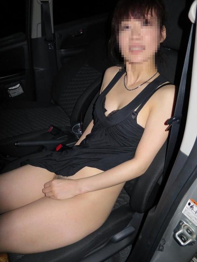 人妻が昼間からカーセックスをする不倫盗撮のエロ画像7枚目