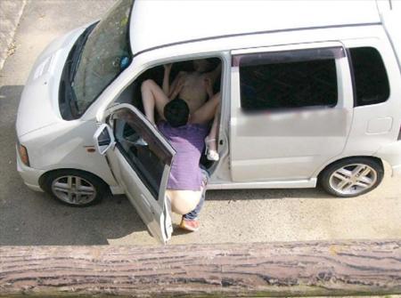 人妻が昼間からカーセックスをする不倫盗撮のエロ画像10枚目