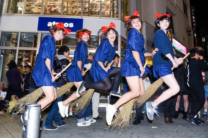 渋谷のハロウィンでエロい露出コスプレ素人エロ画像14枚目