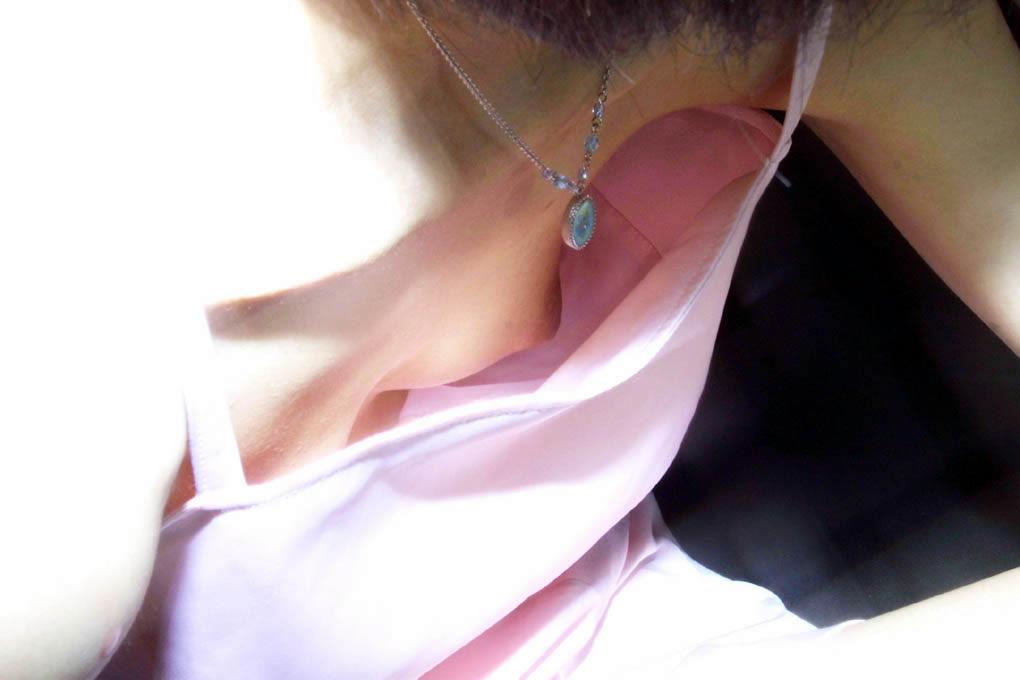 可愛い妹の膨らみかけた胸チラ乳首の家庭内盗撮エロ画像5枚目