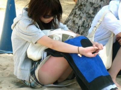 女子大生がサークルで浮気するしゃがみ三角下着エロ画像6枚目