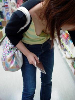 可愛いjk妹の浮きブラ胸チラの貧乳を盗撮したエロ画像7枚目