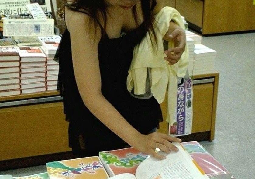 可愛いjk妹の浮きブラ胸チラの貧乳を盗撮したエロ画像10枚目