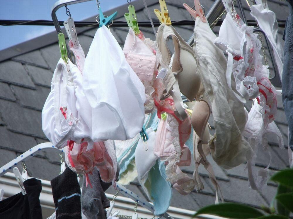 純白ロリパンツが風になびくベランダの下着盗撮画像1枚目