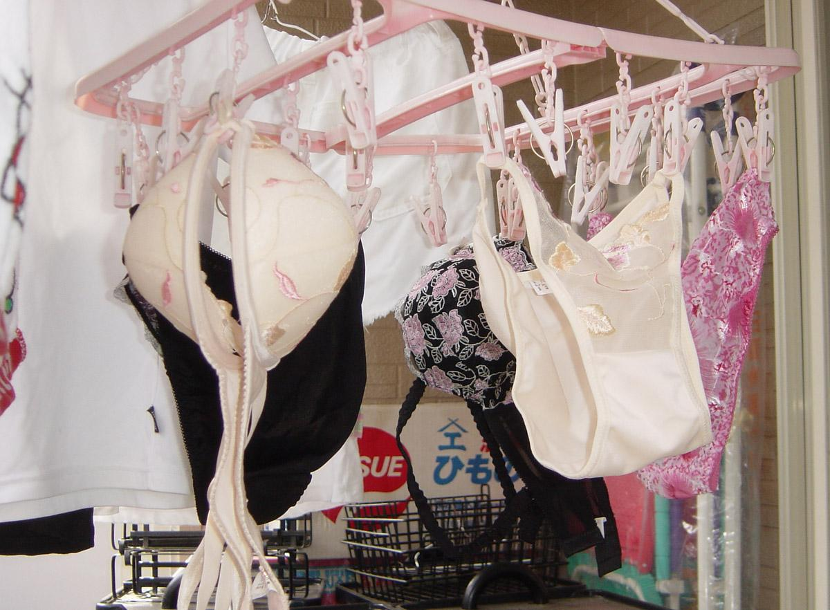 純白ロリパンツが風になびくベランダの下着盗撮画像3枚目