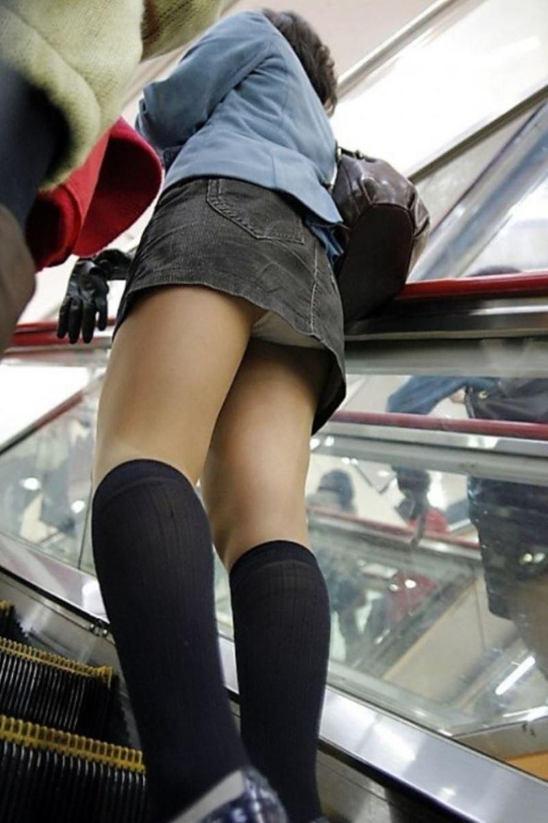 ヤリマン女子大生のエスカレーター下着盗撮エロ画像8枚目