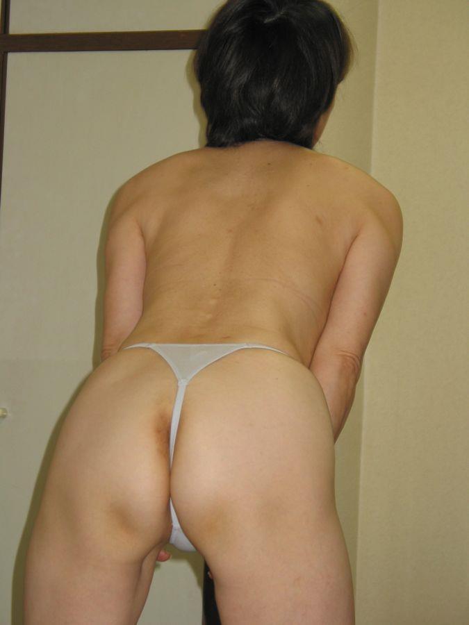 垂れる巨尻をTバック下着で上げる不倫人妻エロ画像