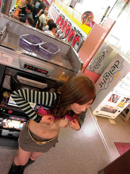 コーヒーレディ店員のミニスカ露出パチンコ屋盗撮エロ画像9枚目