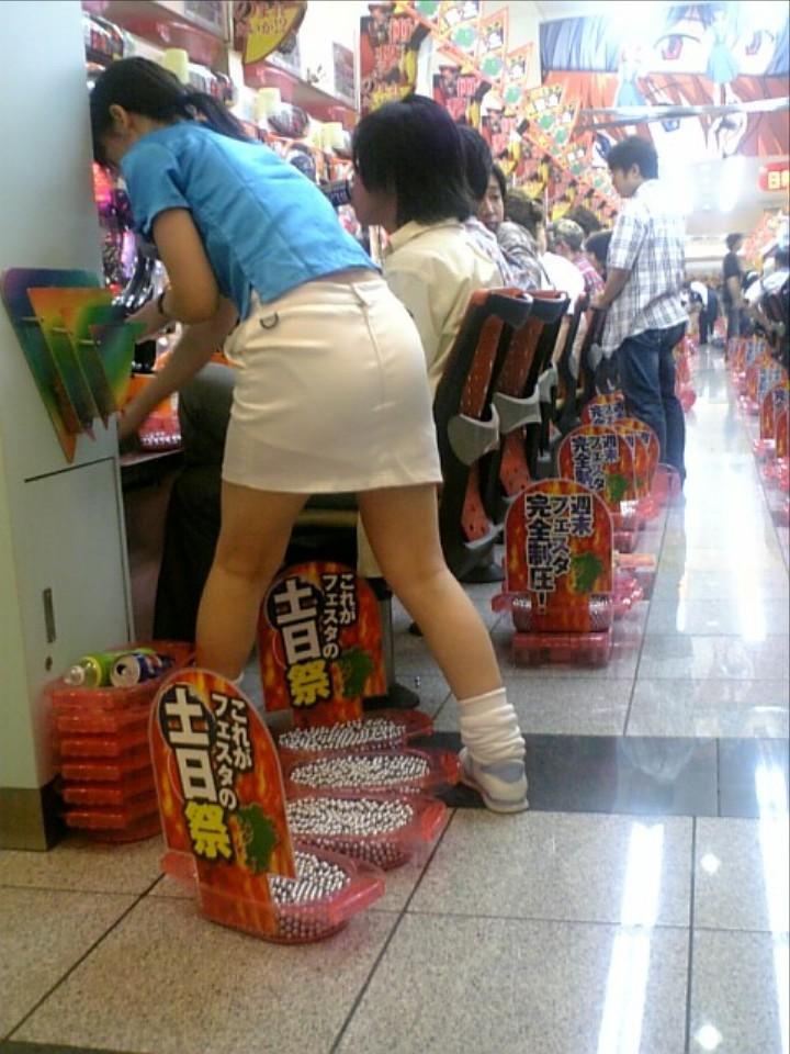 コーヒーレディ店員のミニスカ露出パチンコ屋盗撮エロ画像10枚目