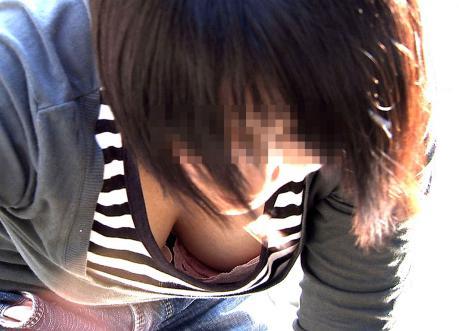 可愛いjkの貧乳すぎる未熟な胸チラ乳首の盗撮エロ画像2枚目