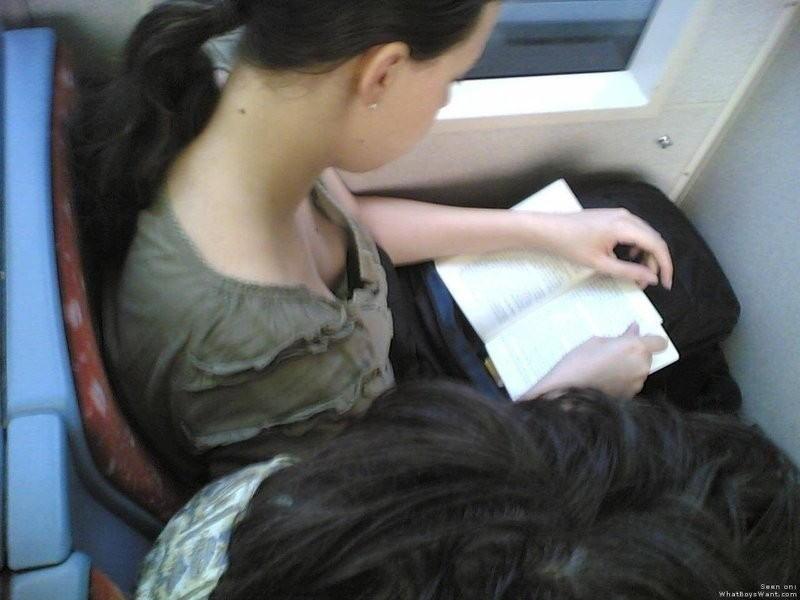 可愛いjkの貧乳すぎる未熟な胸チラ乳首の盗撮エロ画像14枚目