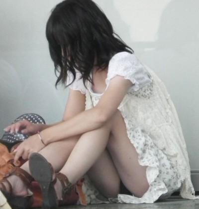 女子大生が駅で風に煽られたミニスカ下着の盗撮エロ画像2枚目