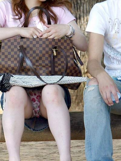 女子大生が駅で風に煽られたミニスカ下着の盗撮エロ画像6枚目
