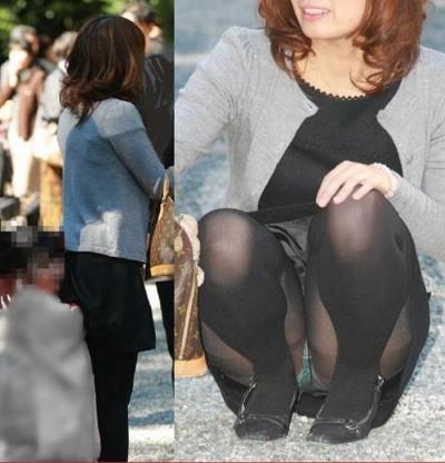 女子大生が駅で風に煽られたミニスカ下着の盗撮エロ画像7枚目