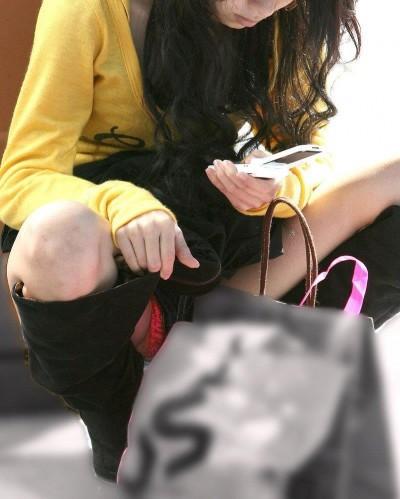 女子大生が駅で風に煽られたミニスカ下着の盗撮エロ画像12枚目
