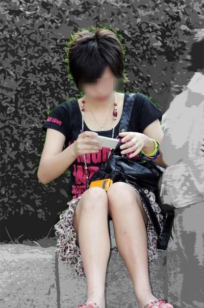 女子大生が駅で風に煽られたミニスカ下着の盗撮エロ画像16枚目