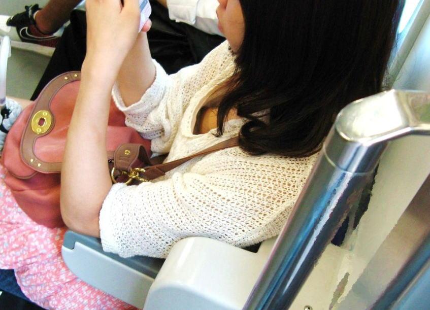 予備校へ行く途中の電車内jk胸チラ盗撮エロ画像1枚目