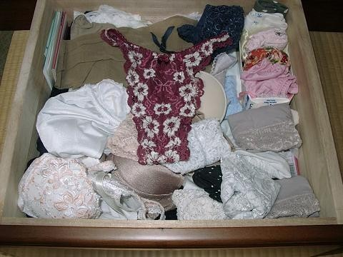 jk妹の経験済みのタンスの中の汚れた下着盗撮のエロ画像10枚目