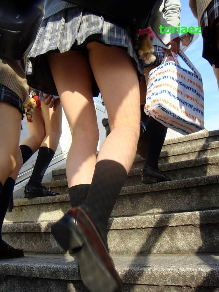 通学jkの早朝ラッシュに紛れ込み階段で下着盗撮エロ画像1枚目