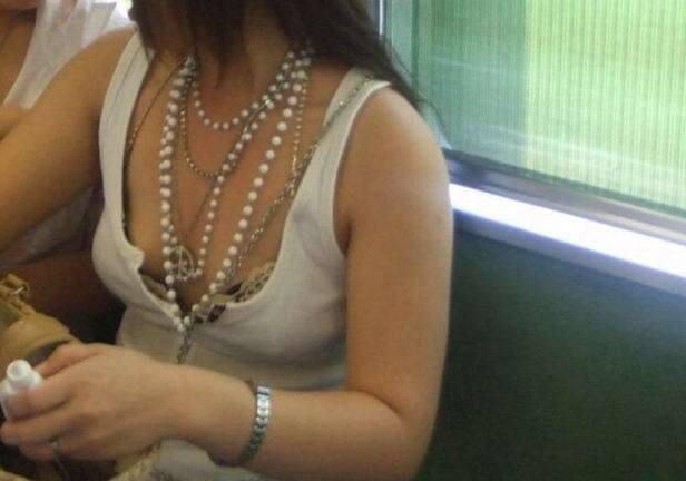 制服jkの発育しまくってる巨乳胸チラの電車内盗撮エロ画像11枚目