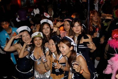 ハロウィンの渋谷で半裸コスプレする少女のエロ画像11枚目