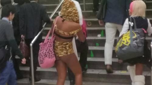 ハロウィンの渋谷で半裸コスプレする少女のエロ画像13枚目