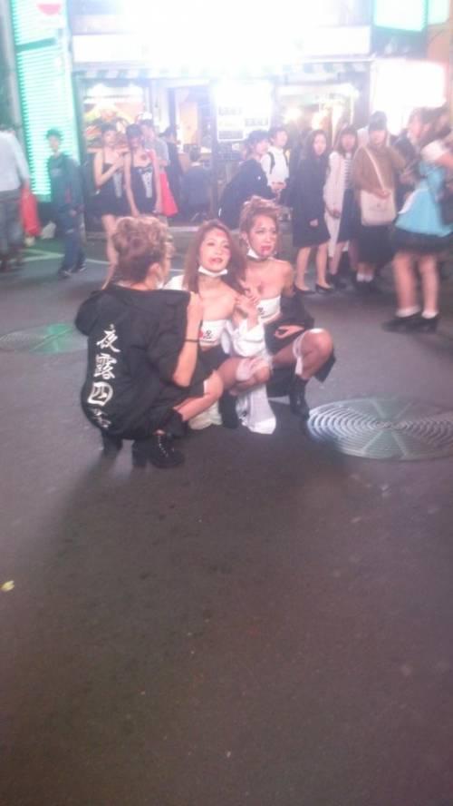 ハロウィンの渋谷で半裸コスプレする少女のエロ画像15枚目