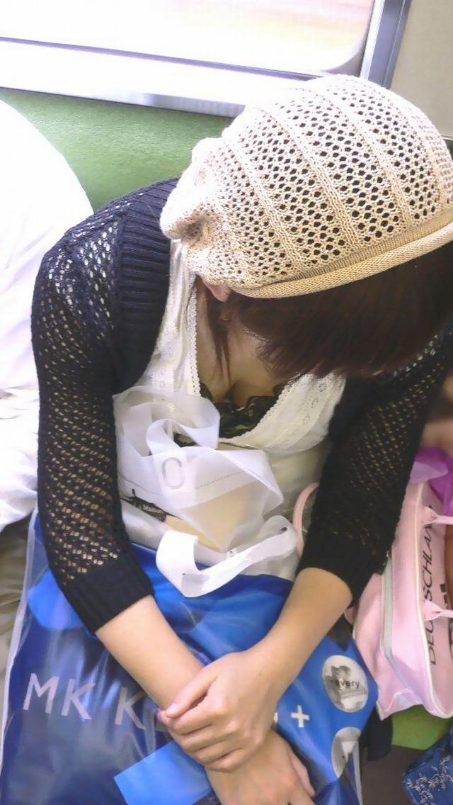 幼いJKの未熟で未発達の危険すぎる貧乳胸チラ盗撮エロ画像9枚目