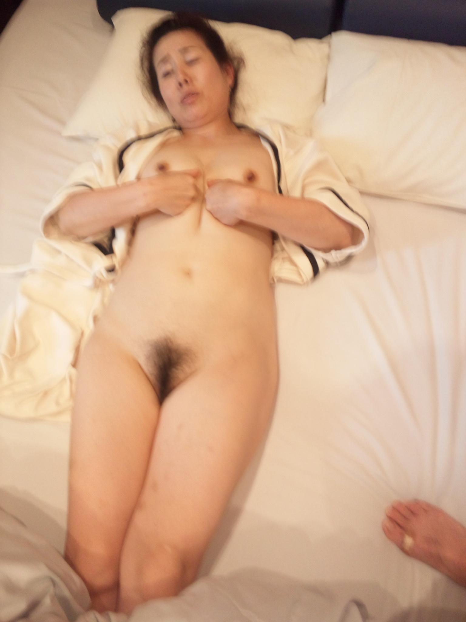 淫乱人妻がラブホテルでフェラチオ不倫する欲情のエロ画像9枚目