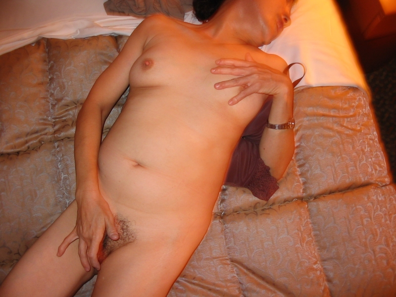 淫乱人妻がラブホテルでフェラチオ不倫する欲情のエロ画像15枚目