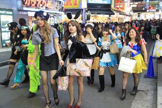 ピルを飲んで渋谷のハロウィンに来るエロコスプレ画像13枚目