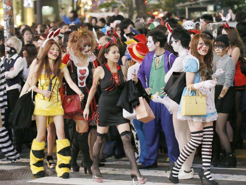 アフターピルを飲む渋谷ハロウィンのエロコスプレエロ画像1枚目