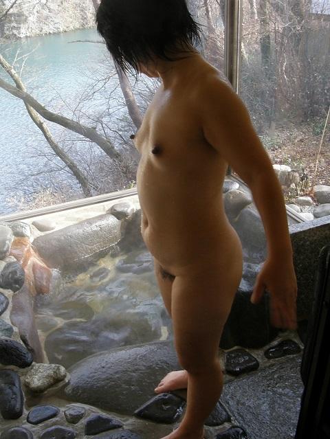 真面目な人妻が超熟になって初めて不倫をした巨乳露出エロ画像10枚目