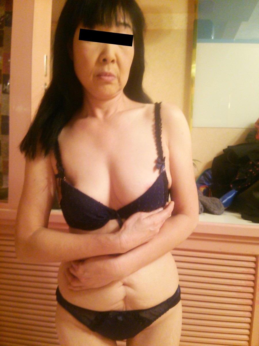 超熟なのに巨乳過ぎる下着姿の顔出し不倫人妻エロ画像
