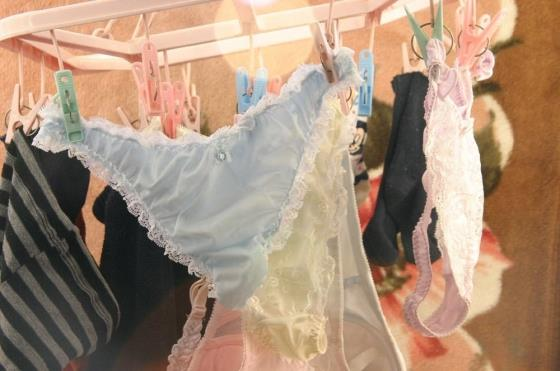 幼いjcの膨らみかけの乳房を包むベランダ下着盗撮エロ画像9枚目